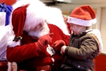 Xúc động clip ông già Noel 'nói chuyện' với bé khiếm thính bằng ngôn ngữ ký hiệu