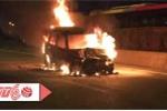 Clip: Ôtô bốc cháy trơ khung giữa cầu Thanh Trì