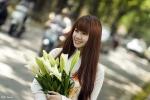 Hot girl Ngoại giao khoe sắc dịu dàng bên hoa loa kèn