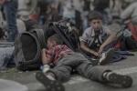 Xót xa hình ảnh giấc ngủ tạm bợ của những em bé tỵ nạn