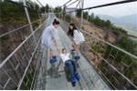 Video: Trải nghiệm cây cầu treo bằng kính chênh vênh ở độ cao 180 mét