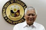 Ngoại trưởng Philippines đem cả năm lương tặng nhân viên