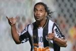 Chết cười pha chuyền bóng 'mắt lác' của Ronaldinho