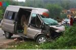 Xe khách lao vào xe đầu kéo, thi thể tài xế mắc kẹt trên ghế lái
