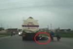 Lấn làn ô tô, hai phụ nữ suýt chết dưới bánh xe tải