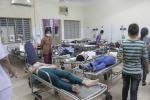 Gần 200 công nhân nhập viện sau bữa ăn chiều
