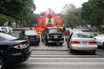 Xe đỗ 'bậy' trước Vườn hoa Lý Thái Tổ: Nhờn luật?