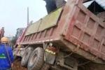 Xe tải đâm sập tường nhà dân, nhiều người thoát chết