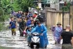 Gần trăm hộ dân bị nhấn chìm sau trận 'đại hồng thủy' bùn đất, xỉ than