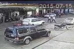 Clip: Ôtô phanh gấp, môtô húc vào đuôi xe thảm khốc