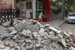 Con thi trượt, bố mẹ đổ rác xây dựng chặn cổng trường