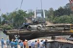 Ảnh: Đâm sập cầu Ghềnh, tàu đẩy sà lan vỡ nát dưới đáy sông
