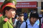 Nữ sinh Học viện Cảnh sát 'đội nắng' xách đồ giúp sĩ tử