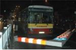 Sẽ kỷ luật lái xe buýt leo cầu cấm, đâm đổ biển báo