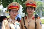 Nữ Cảnh sát giao thông xinh xắn đội nắng tiếp sức mùa thi