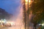 Cột điện cháy đùng đùng trên phố Hà Nội