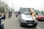 Trưởng phòng bảo hiểm lái xe bỏ chạy, hất CSGT lên nắp capô