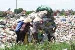 Bãi rác thải khổng lồ 'tấn công' khu dân cư ở Hải Dương