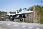 Giật mình cảnh chặn đường cao tốc làm sân bay quân sự