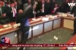 Clip: Nghị sĩ 'đấu võ', dùng chai lọ 'choảng nhau' giữa phiên họp Quốc hội