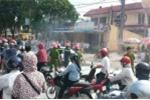 Nháo nhào đẩy ô tô bốc cháy ra khỏi cây xăng