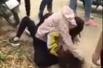 Video: 2 nữ sinh trường chuyên bị túm tóc đập đầu xuống đường