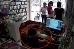 Sốc với clip mẹ xui con nhỏ trộm điện thoại trong cửa hàng