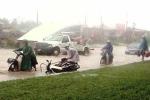 Đường HN thành sông, dịch vụ lau bugi xe máy 'hốt bạc'
