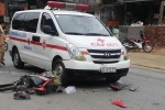 Phóng như bay, xe máy nát bét sau khi tông liên hoàn xe khách, xe cứu thương