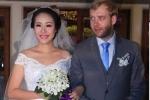 Ngô Phương Lan cùng chồng Tây rót rượu mừng đám cưới