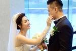 Á hậu Trà My ân cần chăm sóc chồng trong tiệc cưới ở Hà Nội