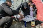 Mẹ tuyệt vọng tắm con sơ sinh bằng nước tù ở trại tị nạn