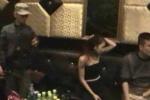 Clip: Đột kích quán karaoke, bắt quả tang 'động' nam nữ thác loạn, 'bay lắc'
