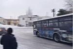 Clip: Khiếp đảm cảnh ôtô lao dốc trên đường đóng băng