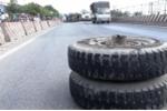 Gãy trục, bánh xe tải lăn 100 m trên quốc lộ