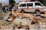Sập tường rào bằng đá, 2 công nhân chết thảm