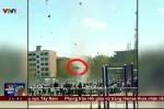 Clip: Lốc xoáy cao 30m khủng khiếp cuốn bay một học sinh