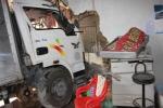 Xe 'điên' tông nát nhà dân, 3 người nhập viện cấp cứu