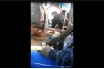 Video: Tài xế xe buýt vừa lái xe vừa đánh bài gây phẫn nộ