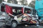 Xe 16 chỗ găm chặt vào đuôi xe khách, 11 người nhập viện
