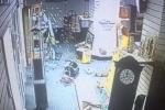 Rùng rợn clip tủ kính tự vỡ tan trong phòng trống