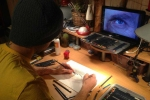 Chàng trai trẻ có biệt tài vẽ tranh bằng cả hai tay