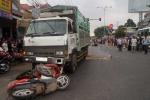 Dừng đèn đỏ, hàng loạt xe máy bị ôtô tải húc văng