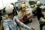 Clip: CSGT 'đánh đu' trên đầu xe khách
