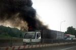Xe tải cháy rụi khi qua cầu Thăng Long