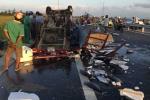 Xe chở cá tông bay trụ điện trên quốc lộ 1A
