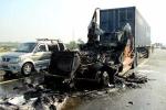 Container phát nổ cháy rụi trên cao tốc, tài xế đạp cửa thoát thân