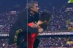 Mourinho ăn mừng độc đáo: Nhảy lên lưng học trò