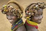 Kỳ lạ bộ tộc dùng đồ phế thải làm trang sức