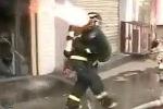 Lính cứu hỏa dũng cảm ôm bình gas đang cháy
